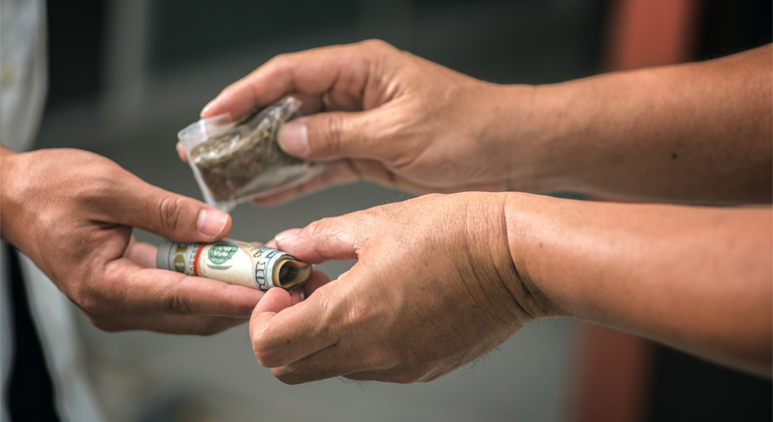 """Chicago Activists Want """"Peddler's Licenses"""" to Legally Sell Weed on the Streets"""